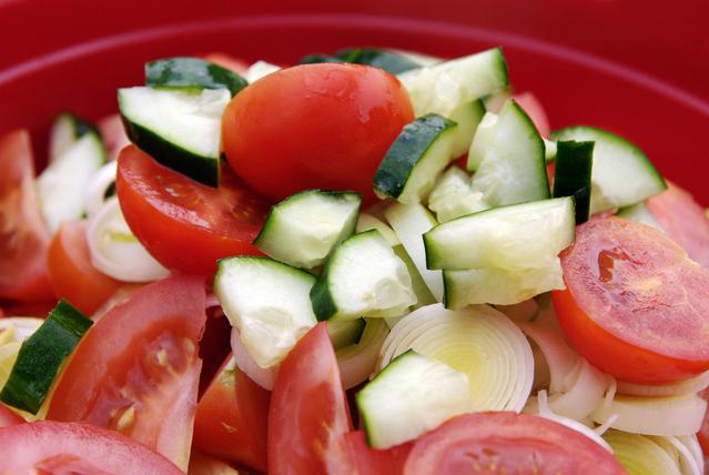 Zeleninový šalát, rajčiny, uhorka, zdravé stravovanie, diéta.jpg