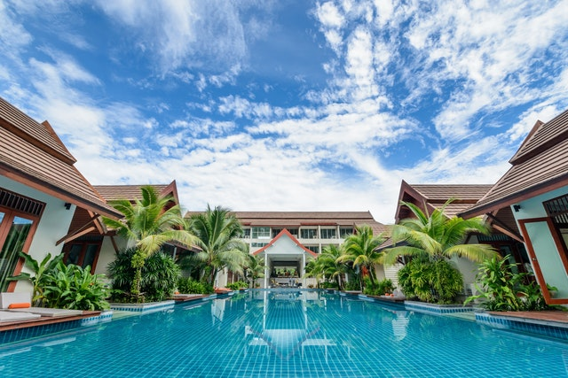 hotelový komplex s veľkým bazénom