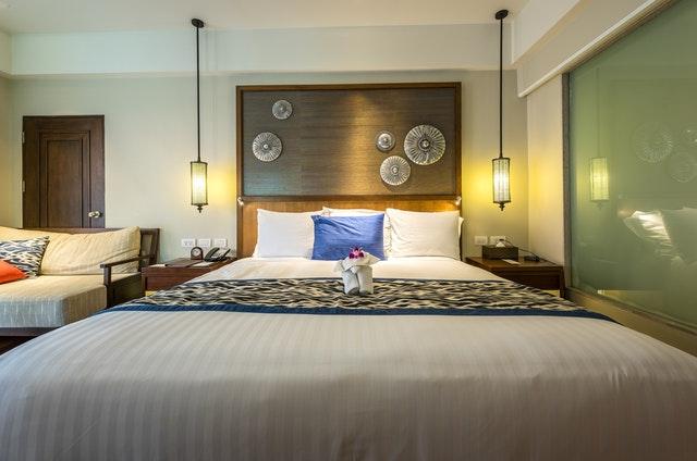 Spálňa, veľká posteľ, modrý vankúš