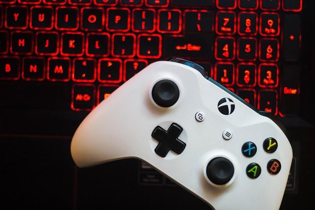Biely ovládač z Xbox One S.jpg