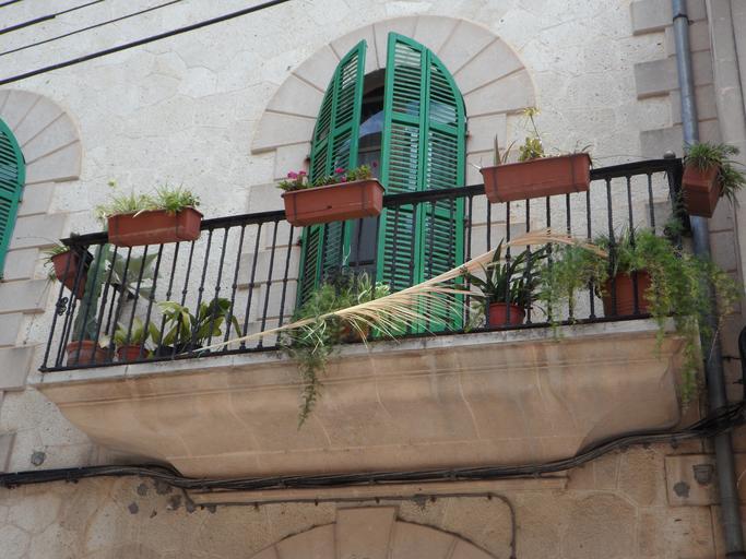 Zelené dvojkrídlové dvere na balkóne.jpg