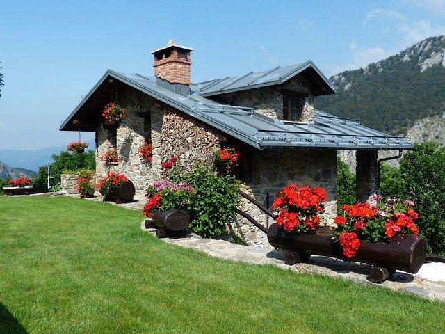 Rodinný dom v prírode obložený kamenným obkladom.jpg