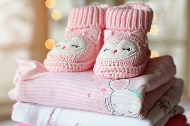 Detské oblečenia a papučky poukladané na kôpke.jpg