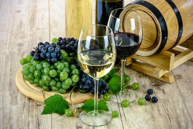 Poháre s bielym a červeným vínom