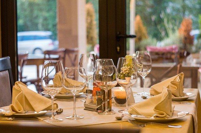 Slávnostne prestretý stôl s vínovými pohármi