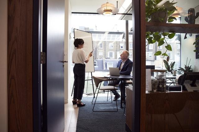 ľudia v kancelárii