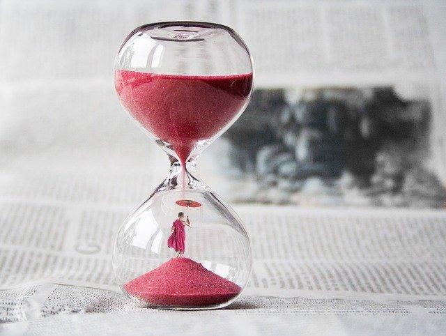 Presýpacie hodiny s červeným pieskom